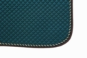 Mantilla acolchada verde con cordón y ribete marrón