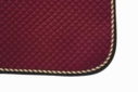 Mantilla acolchada burdeos con cordón tricolor y ribete